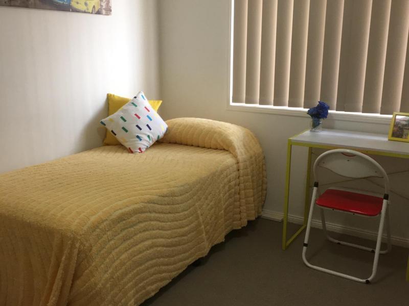 Single bedroom, desk,robe,drawers