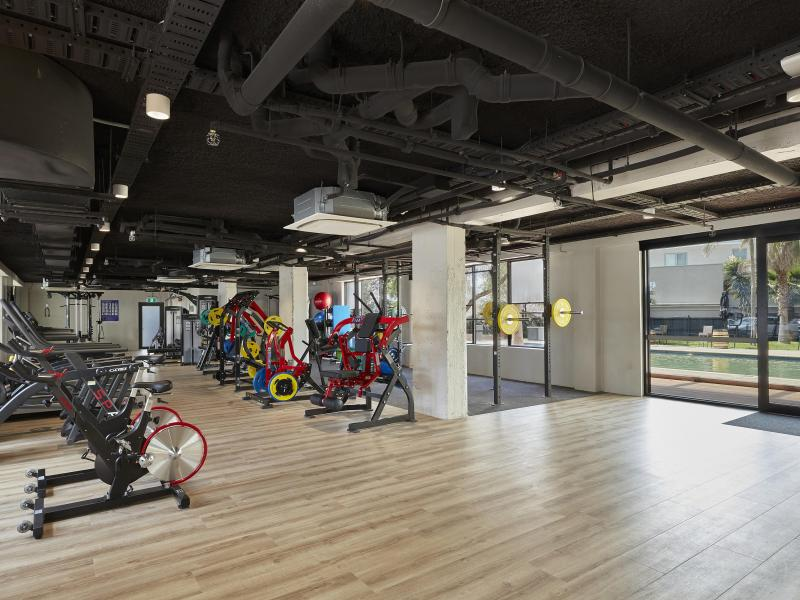 Boasting 230 m2, a comprehensive range of equipment from Life FitnessTM and frequent class