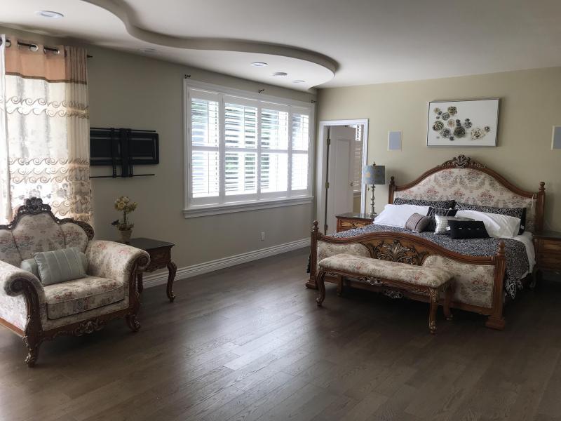 Royal Master bedroom Kingsize bed Luxury En-suite jet bathtub, showroom, two sinks $680/Week