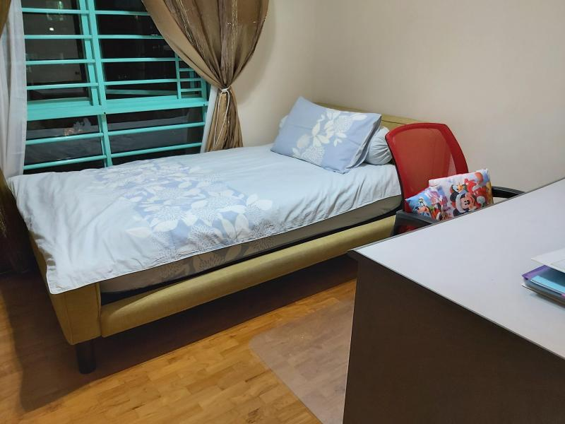Single room with super single bed, study desk and wifi.